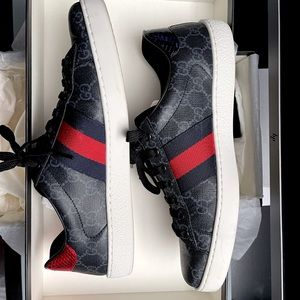 Gucci Men's Ace GG Supreme sneaker in a size 8 which is equivalent to a 8.5 US.